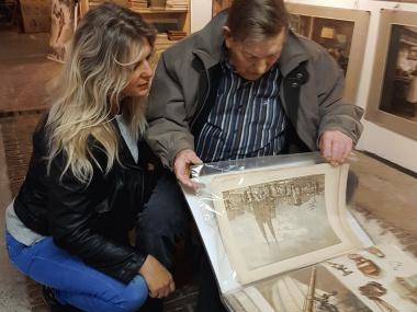 Foto petra met bewoner in museum
